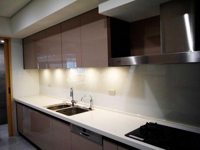 厨房壁面易于清洁的烤漆玻璃图片